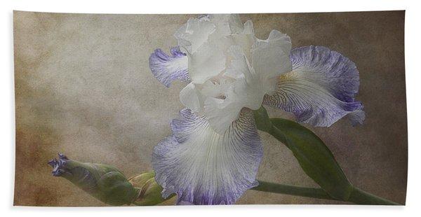 Bath Towel featuring the photograph Bearded Iris 'gnuz Spread' by Patti Deters