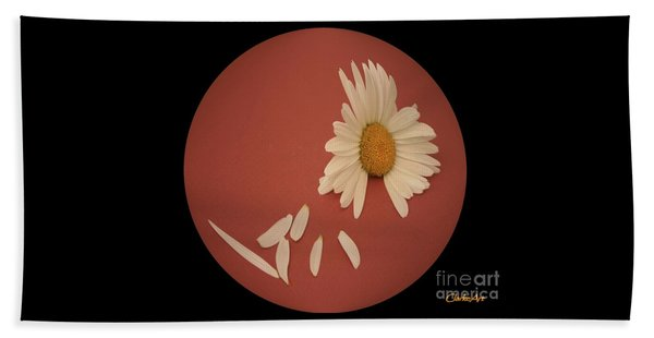 Encapsulated Daisy With Dropping Petals Bath Towel