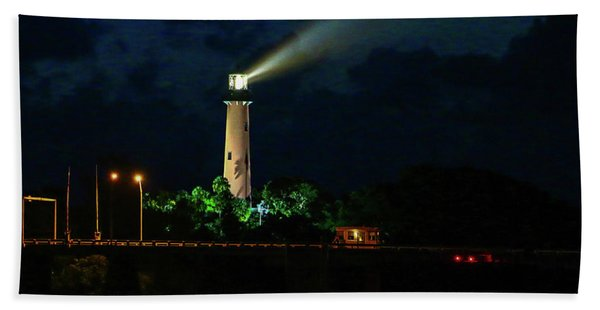 Bath Towel featuring the photograph Lighthouse Lightbeam by Tom Claud