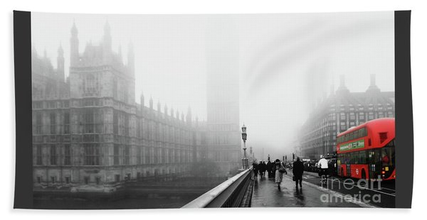 On A Cold Winters Foggy  Day In London Bath Towel