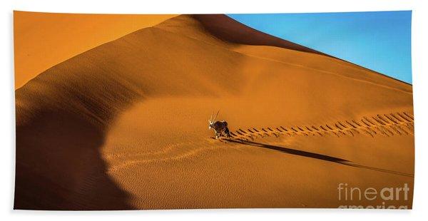 Oryx Crossing Big Daddy Dune, Sossusvlei, Namibia Bath Towel