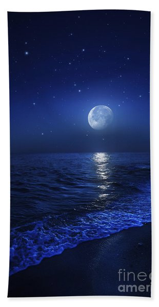 Tranquil Ocean At Night Against Starry Beach Towel