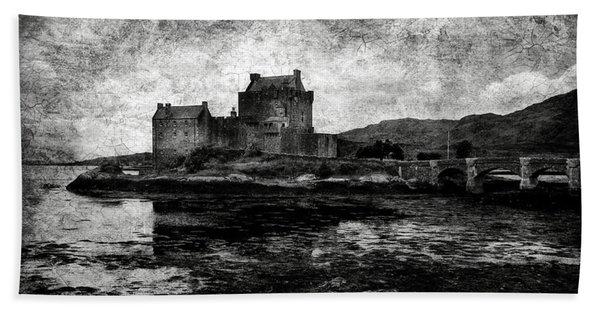 Eilean Donan Castle In Scotland Bw Beach Towel