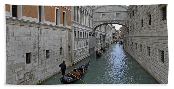 Gondolas Under Bridge Of Sighs Beach Towel