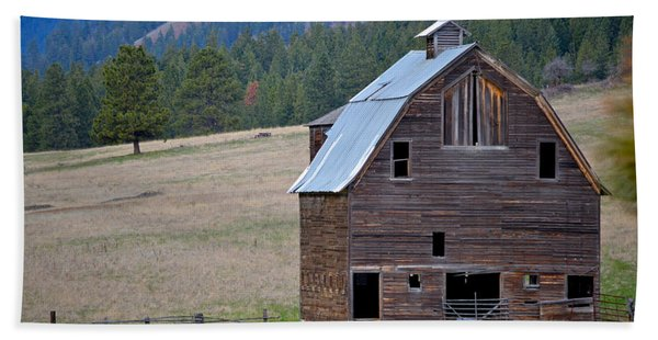 Old Barn In Washington Beach Towel