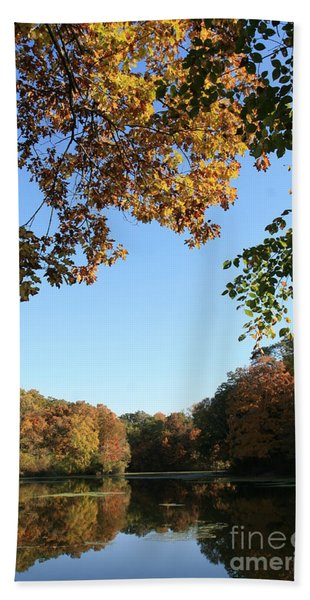 Matthiessen Lake In Autumn Beach Towel