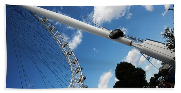 Pillar Of London S Ferris Wheel  Beach Towel