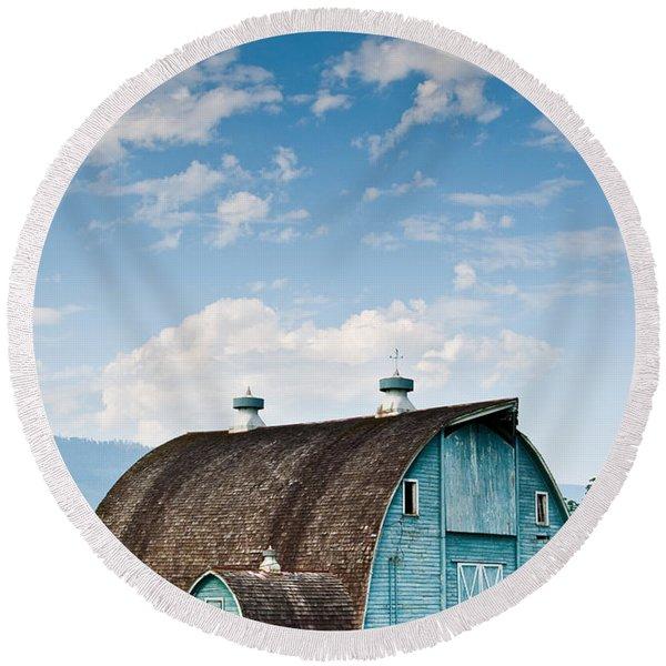 Blue Barn In The Stillaguamish Valley Round Beach Towel