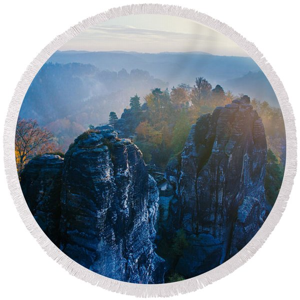 Early Morning Mist At The Bastei In The Saxon Switzerland Round Beach Towel
