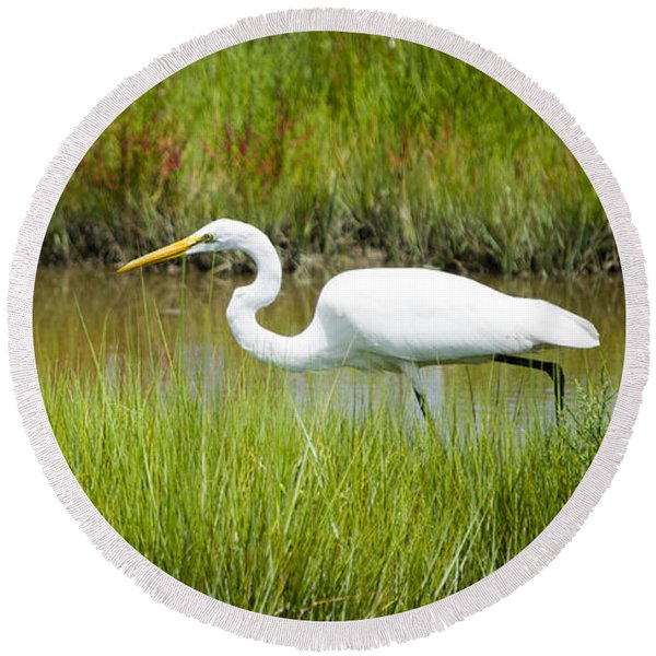 Egret Stalking Fish Round Beach Towel