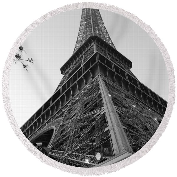 Eiffel Tower In Black And White Round Beach Towel