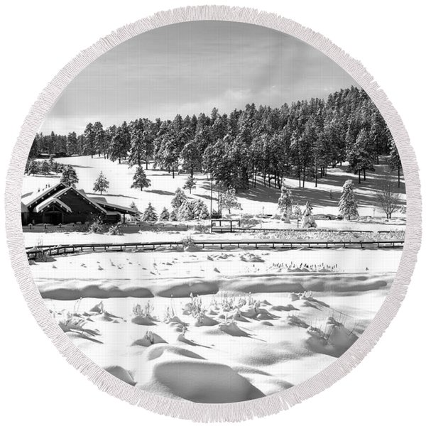 Evergreen Lake House In Winter Round Beach Towel