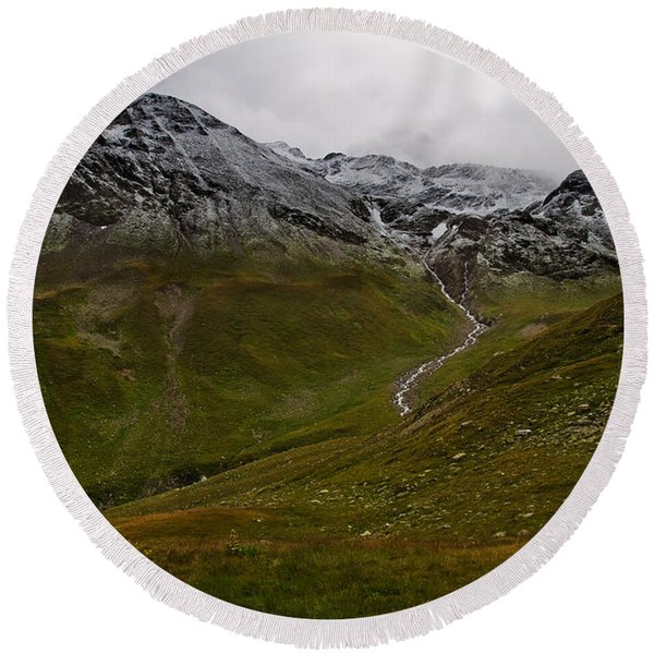 Mountainscape With Snow Round Beach Towel