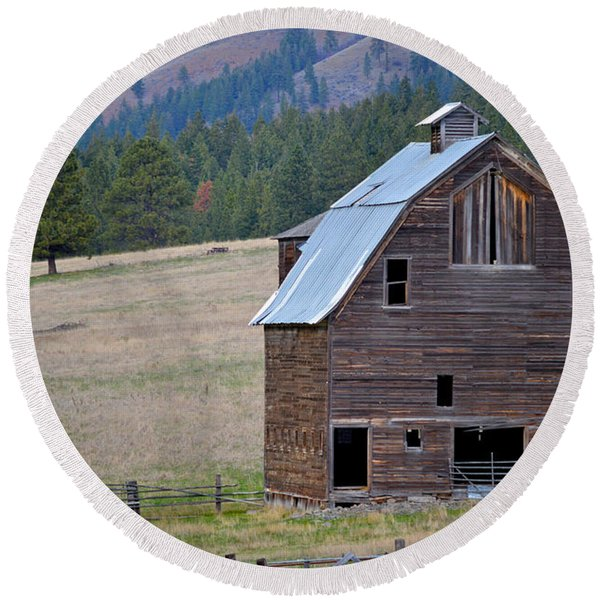 Old Barn In Washington Round Beach Towel