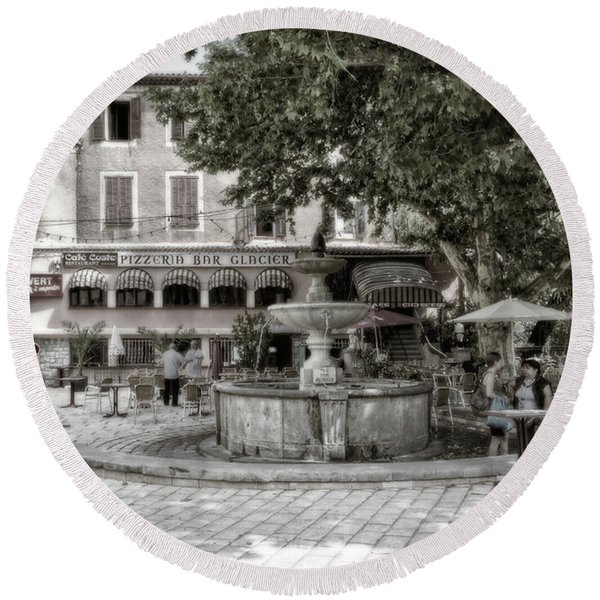 People On The Square Round Beach Towel