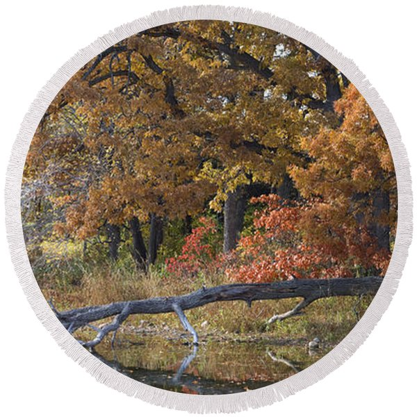 Red Oaks On The Shore Round Beach Towel