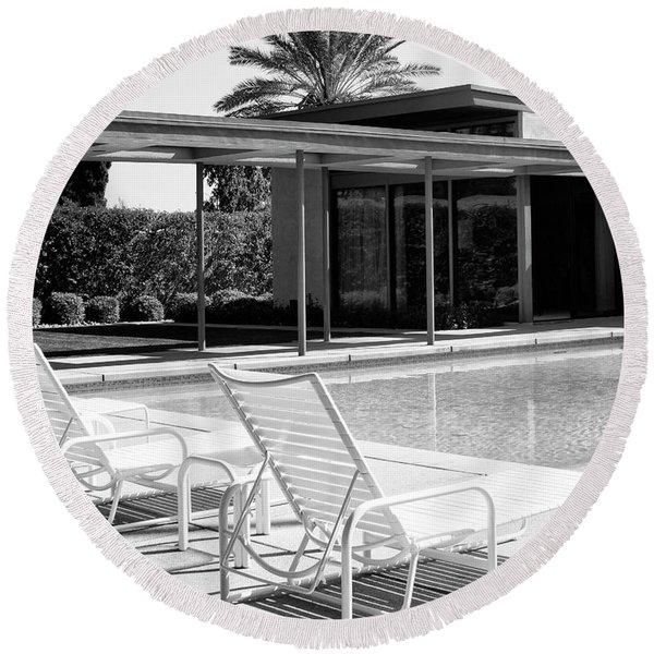 Sinatra Pool Bw Palm Springs Round Beach Towel