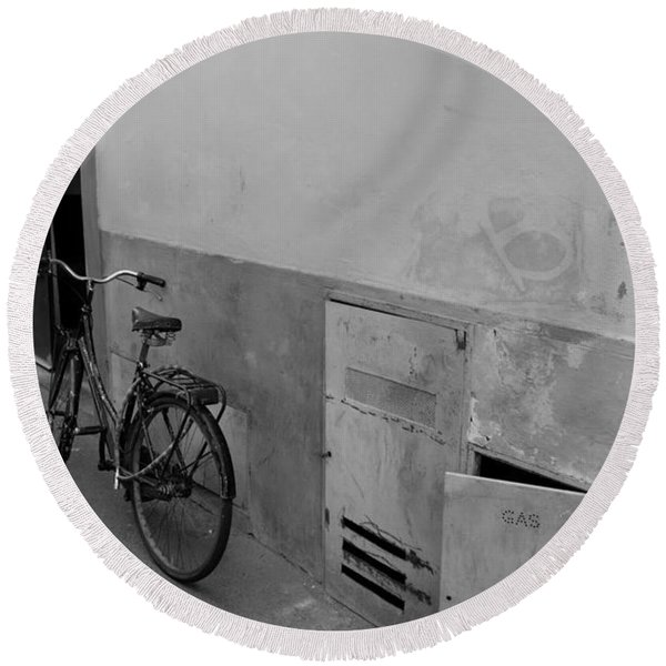 Bike In Alley Round Beach Towel