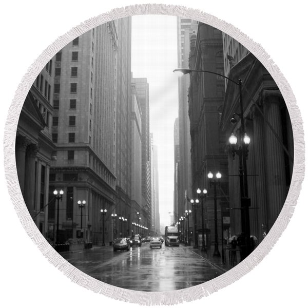 Chicago In The Rain 2 B-w Round Beach Towel