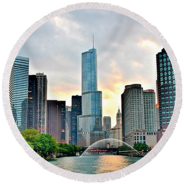 Chicago River View At Sunset Round Beach Towel