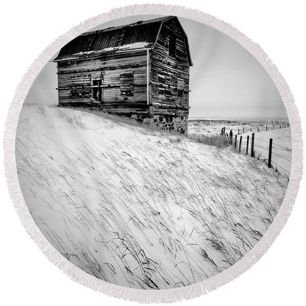 Dutch Barn In Winter Round Beach Towel