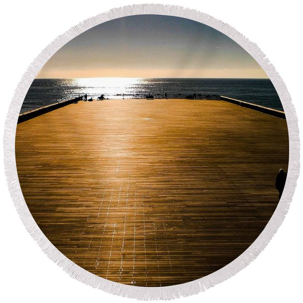 Hastings Pier, Hastings, Sussex, England Round Beach Towel