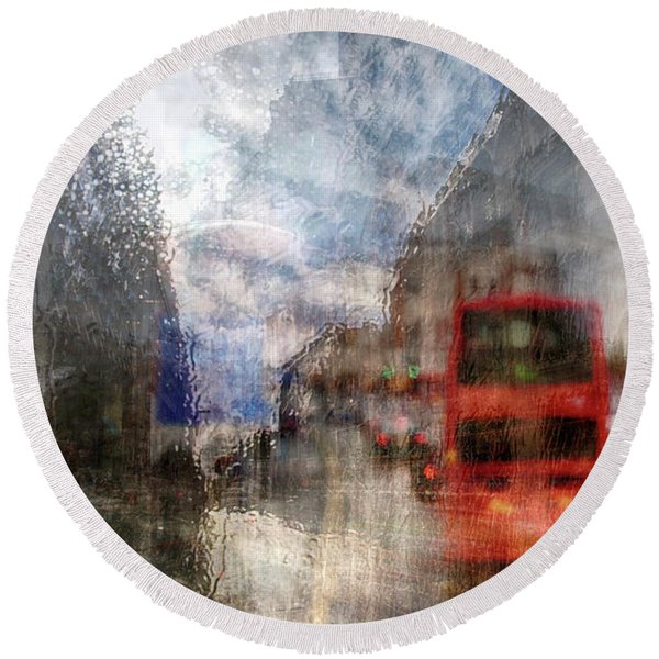 London In Rain Round Beach Towel