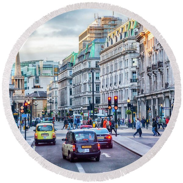 Round Beach Towel featuring the photograph London Life by Ariadna De Raadt