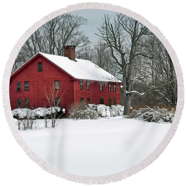 New England Colonial Home In Winter Round Beach Towel