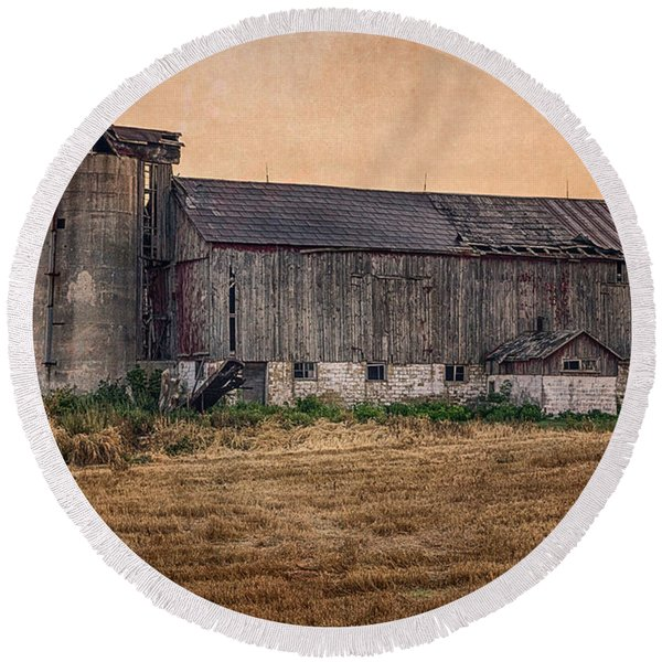 Old Country Barn Round Beach Towel