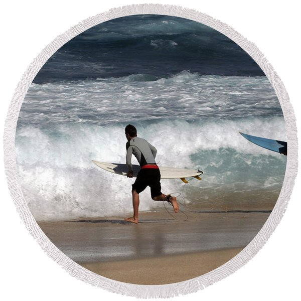 Race To The Waves Round Beach Towel