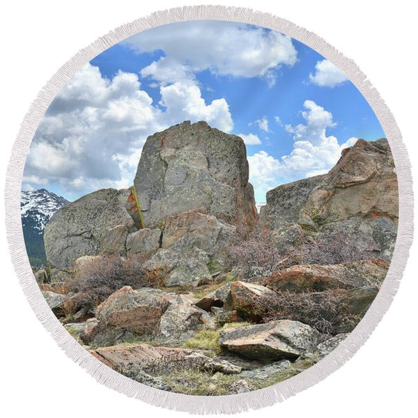 Rock Cropping At Big Horn Pass Round Beach Towel