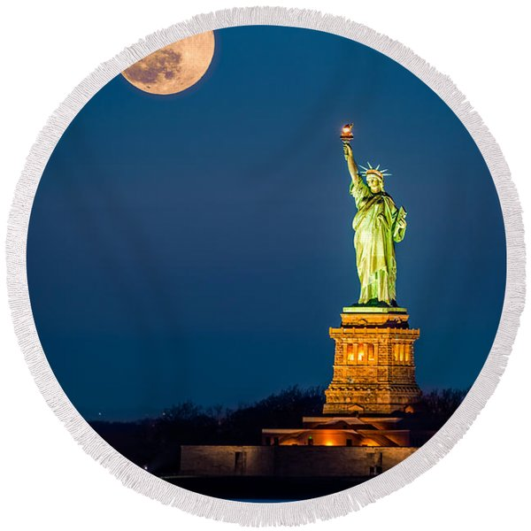 Statue Of Liberty And A Rising Supermoon In New York City Round Beach Towel