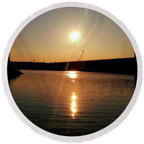Sunset At Wolf Creek Dam Round Beach Towel