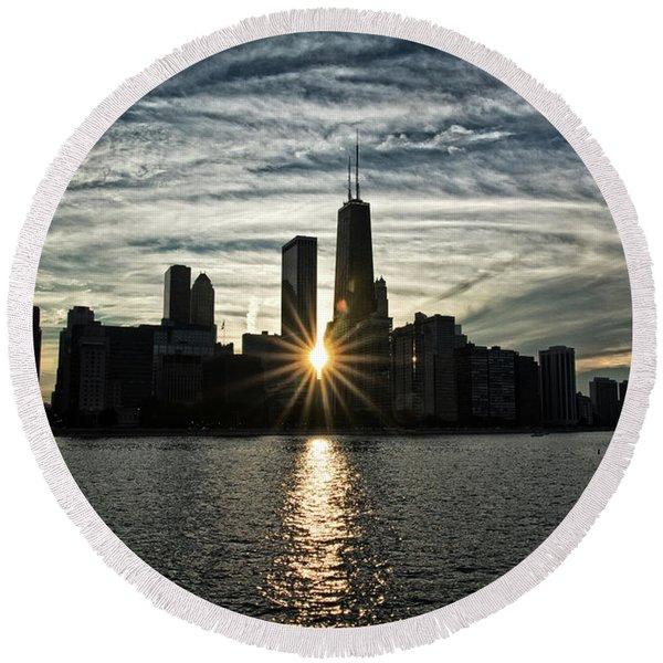 Sunset Over Chicago Skyline And Lake Michigan Round Beach Towel