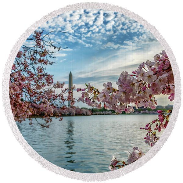 Washington Monument Through Cherry Blossoms Round Beach Towel