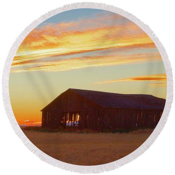 Weathered Barn Sunset Round Beach Towel