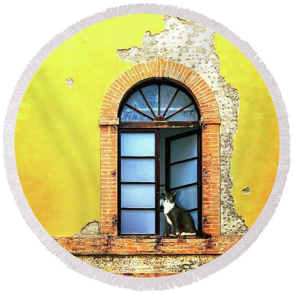 Window On Colorful Wall In Siena Italy Round Beach Towel