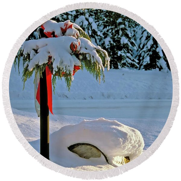 Winter Lamp Post In The Snow With Christmas Bough Round Beach Towel