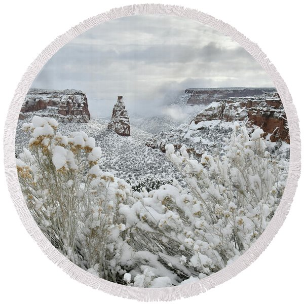 Beautiful Snow Morning Along Rim Rock Drive Round Beach Towel