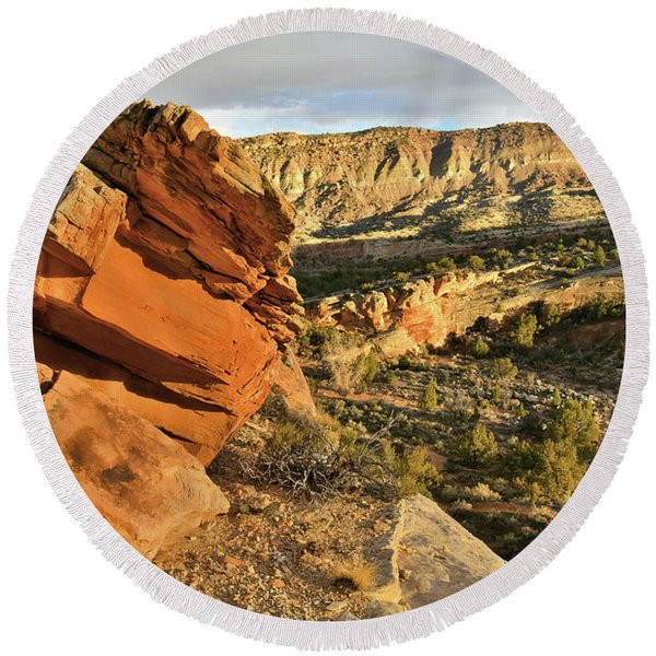 Cliffside Rock Cropping In Colorado National Monument Round Beach Towel