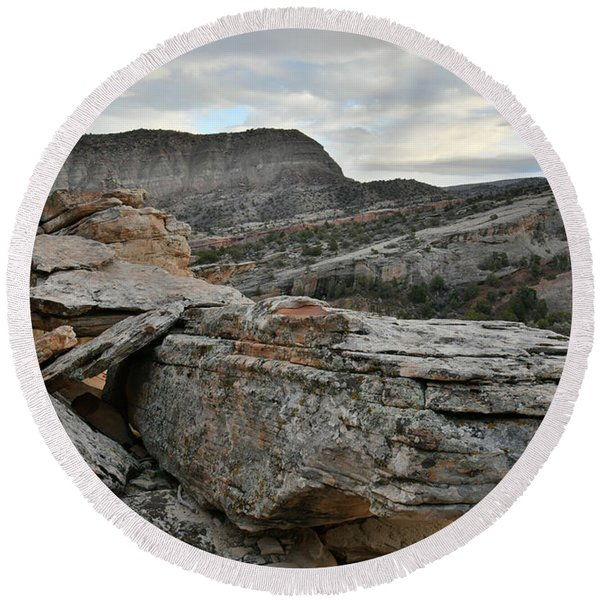 Colorful Overhang In Colorado National Monument Round Beach Towel