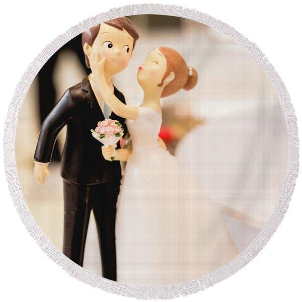 Elegant Wedding Cake Dolls Round Beach Towel