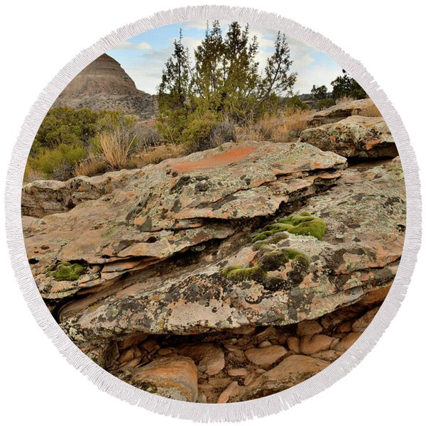 Lichen Covered Ledge In Colorado National Monument Round Beach Towel