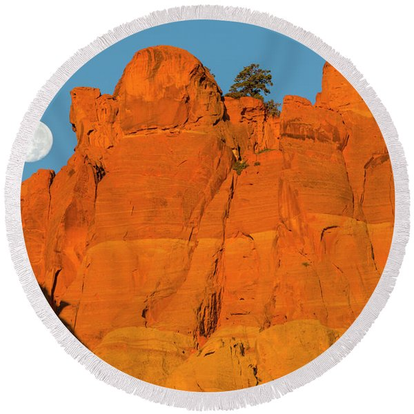 Moonset At Dawn Over Sandstone Fins Round Beach Towel
