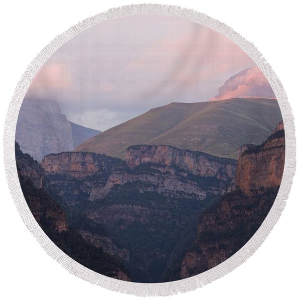 Pink Skies In The Anisclo Canyon Round Beach Towel