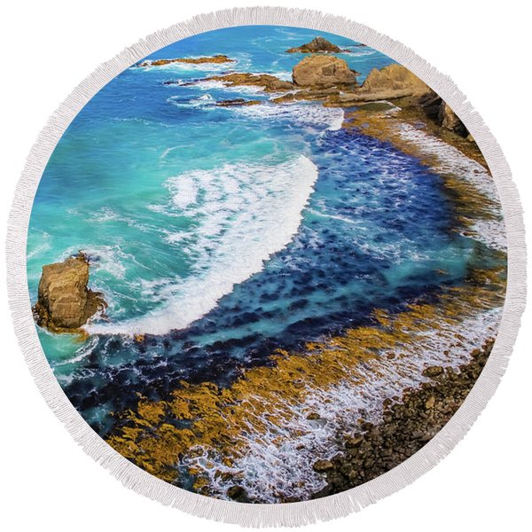 Roaring Bay At Nugget Point Round Beach Towel