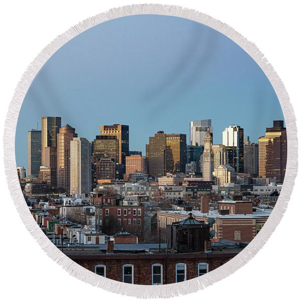 The Skyline Of Boston In Massachusetts, Usa On A Clear Winter Ev Round Beach Towel
