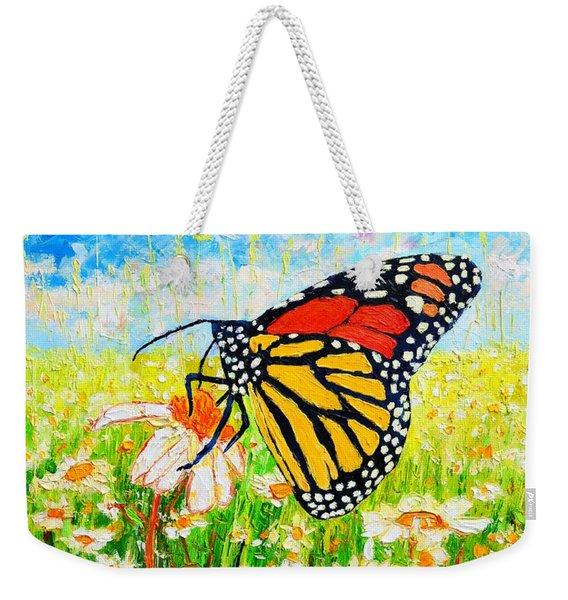 Royal Monarch Butterfly In Daisies Weekender Tote Bag