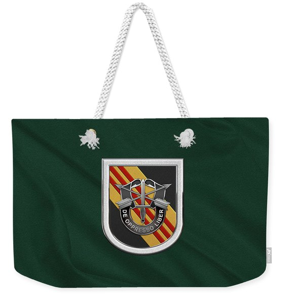 U. S.  Army 5th Special Forces Group Vietnam - 5 S F G  Beret Flash Over Green Beret Felt Weekender Tote Bag